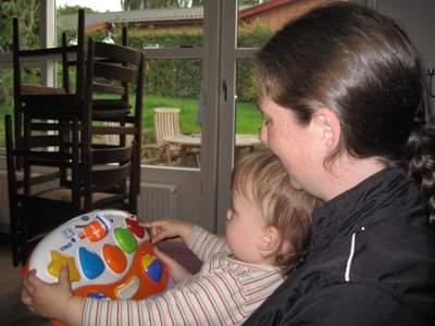 Ellen og mor hygger sig med v.Smile Baby.