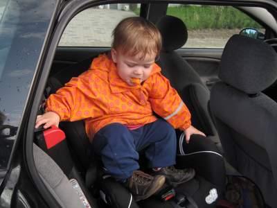 Ellen er selv kravlet ind i bilen og er ved at sætte sig på plads.