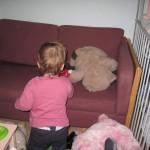 Bamserne bliver flyttet op i den nye sofa.