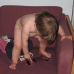 Ny sofa - og hvad er det første ungen gør: Tisser på den!