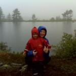 Mor og Ellen ved en fjeldsø