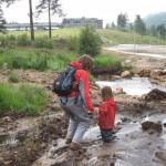 Fjols af en unge - hun skulle lige ned i mudderet og sidde fast