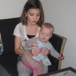 Louise og Karen spiller kort