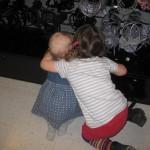 Søskendekærlighed - lige inden Ellen er ved at kvæle Karen