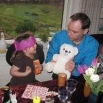 Ellen og onkel Anders og Bamse spiller terninger