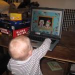 Tja - nu varer det vel ikke længe inden hun også skal have sin egen computer...