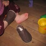 Karen har fået sine første sko og hun er meget glad for dem