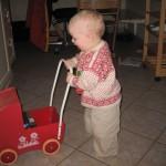 Karen går tur med barnevognen