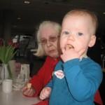 Mormor og Karen spiser kokosmakroner