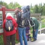 Familien nærstuderer kortet inden turen