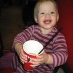 Glad unge - hun drikker hyldeblomstsaft