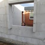Ellen kigger ud af vinduet i sit nye værelse