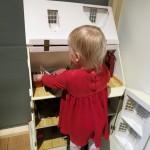 Karen leger med dukkehus