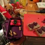 Julle smører madpakke
