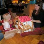 Karen får et dukkehus af moster Ane