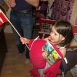 Ellen synger og vifter med flaget