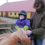 Karen fik lov til at prøve at sidde på ponyen