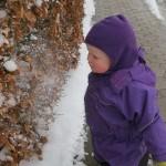 Karen leger med sne