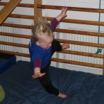 Og ned. (Hun kravler op i toppen og kaster sig selv ud - hun elsker det.)