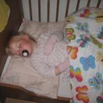 På plads i sengen igen - hun er altså tung at flytte, når hun sover!