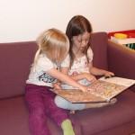 Ellen og Karen læser godnathistorie sammen.