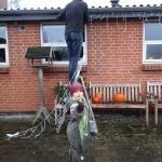 Kåre og Karen hjælper hinanden med at hænge julelyset op
